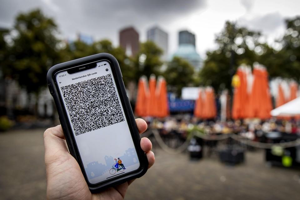 Een mobiele telefoon met de QR-code via de app CoronaCheck