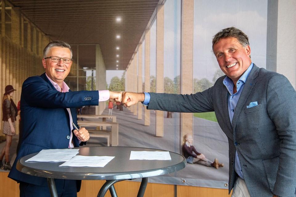 Egbert Jan Rots van Rots Bouw (l) en wethouder Jorrit Eijbersen van Gooise Meren na het ondertekenen van de bouwovereenkomst voor de nieuwe sporthal in Muiden.