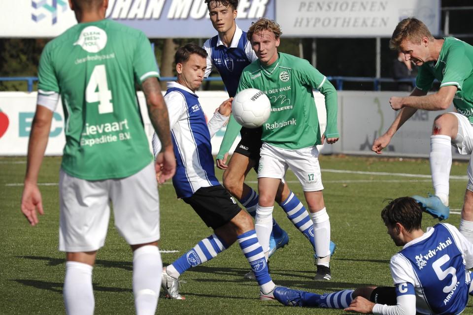 Ted Amson kan de bal tussen een paar Westlandianen nog net door spelen naar Sead Mareku.