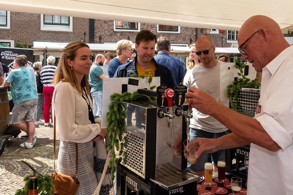Hans Glandorf uit Purmerend tapt een Texels biertje.