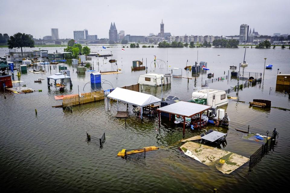 Dronefoto van caravans en campers onder water op camping De Hatenboer in Roermond op donderdag.