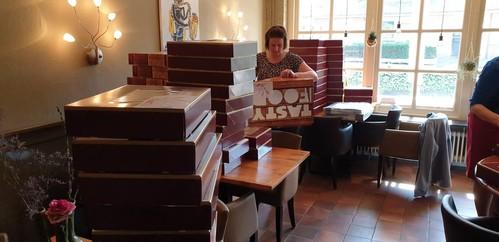 Honderden paasbrunches voor 75-plussers; ze vliegen de deur uit. 'Op deze manier helpen we de lokale ondernemers. En voor de ouderen is dit een hart onder de riem'