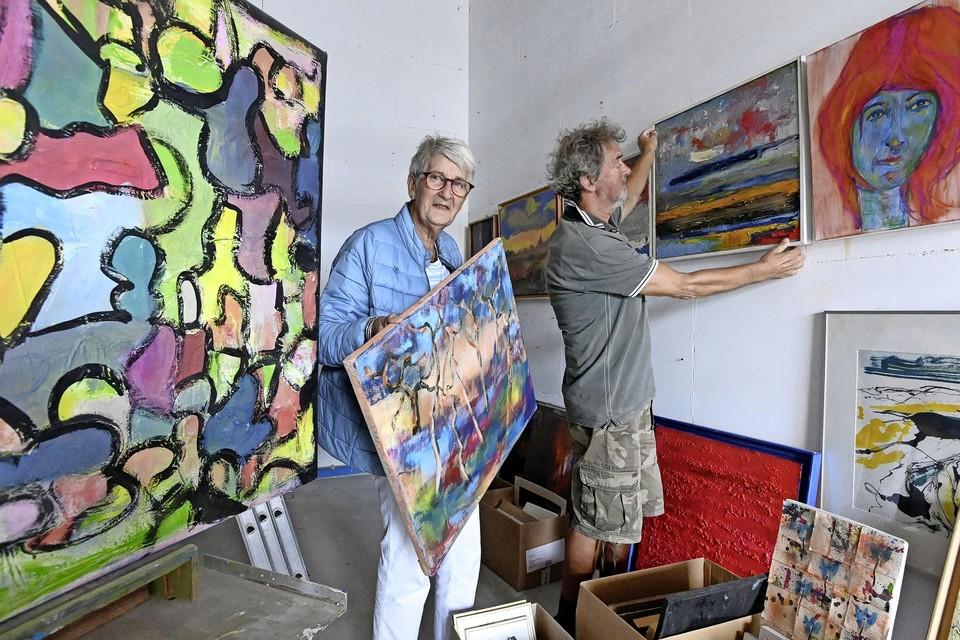 Wilna Selderbeek en Ad biersteker richten de expositie in.