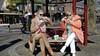 Run op oranjetompouce zorgt voor lange rijen bij banketbakkers en patissiers in het Gooi, het eten ervan doet iedereen op z'n eigen manier; van dakschuiven tot op z'n kant leggen