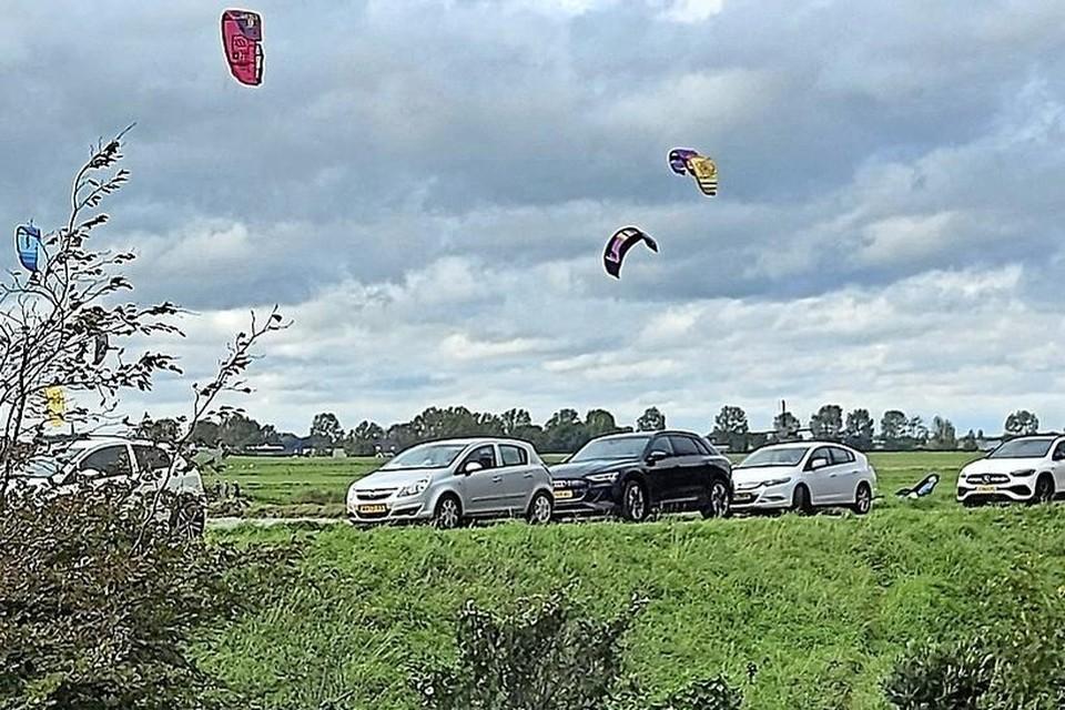 Geparkeerde auto's op de dijk en te veel kitesurfers, volgens het Recreatieschap een slechte combinatie.