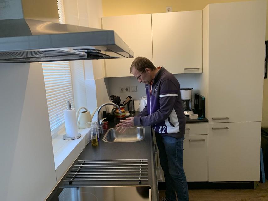 Hans de Reus in zijn keuken.