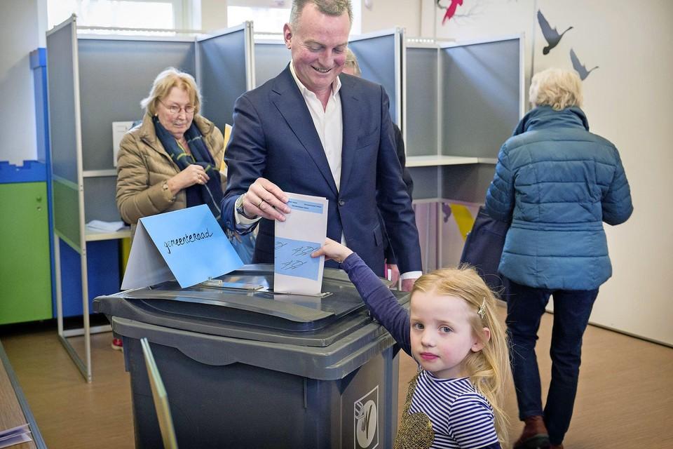 Dochter Anna helpt haar vader, burgemeester Frank Dales van Velsen, in 2018 bij het stemmen voor de gemeenteraadsverkiezingen.