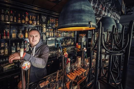 Ondernemen in coronatijd: Het spaarpotje van Ed Schouten van café De Waag raakt leeg. 'Dicht tot 1 juni? Dan pas met mijn 72e met pensioen'