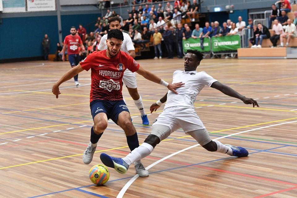Soufian Charraoui, maker van de 2-0, in duel met de glijdende Souheil Mouhoudine van ACCS.