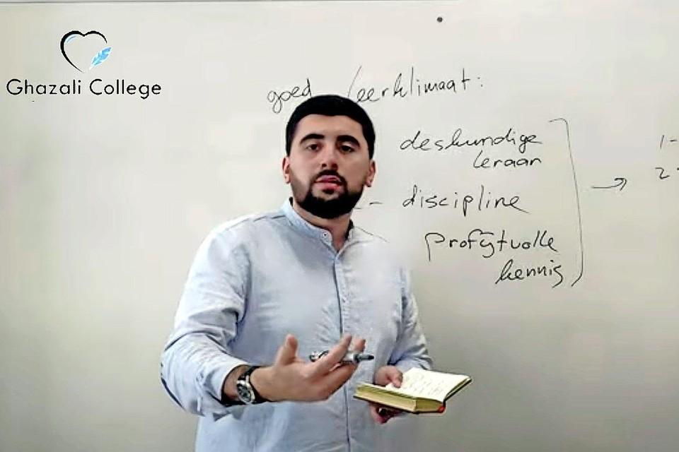 Initiatiefnemer Enes Ulusoy tijdens een lesvideo op Youtube