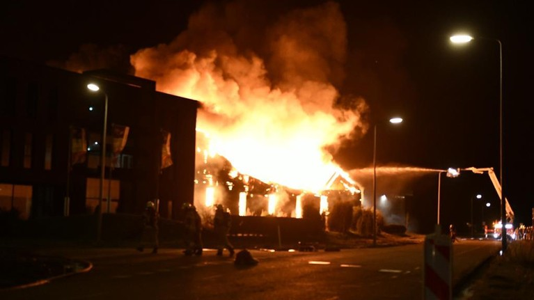 'We staan hier vol verbazing en ongeloof te kijken hoe dit levenswerk voor onze ogen verdwijnt': zeer grote brand verwoest Moso in Zwaag