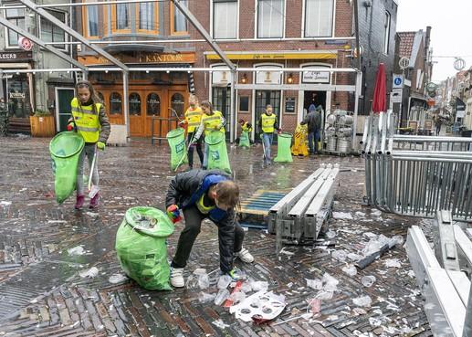 Kinderen De Regenboog ruimen na feestdag troep van volwassenen op