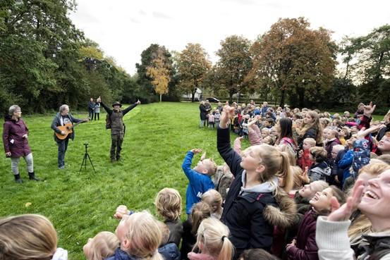 Krak en taklied klinkt op uit 240 kelen in het Steenstrapark in Heemskerk