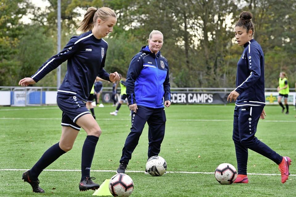 Corina Dekker tijdens een training bij de voetbalsters van VV Alkmaar.
