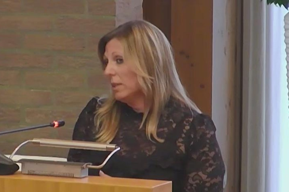 Sandra Pfeiffer sprak in bij de gemeenteraad over het zonnepark Zwanenburg.