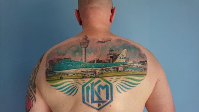 KLM-medewerker wel erg gek op zijn werk: tattoo op zijn rug