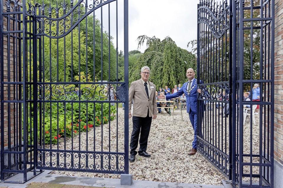 Burgemeester Jan Nieuwenburg sluit samen met Herman Kaptein het hek van de begraafplaats aan het Keern.