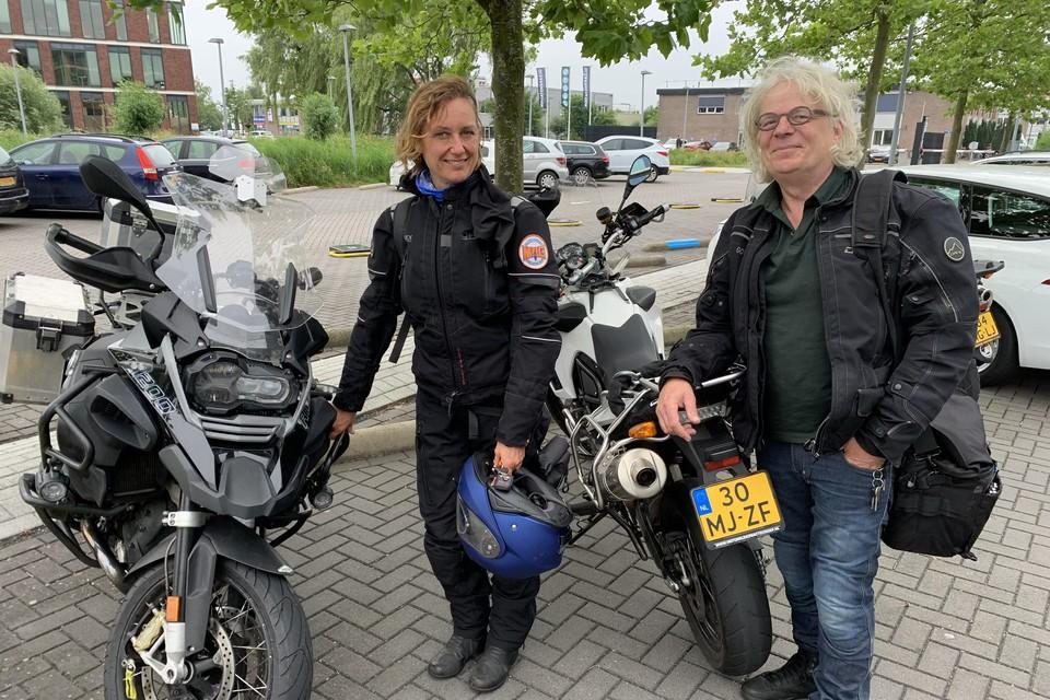 Vera de Bruijn en Hugo Pinksterboer van de Motorrijdersactiegroep (MAG) vlak voor de hoorzitting over de afsluiting voor motoren op de Zuiderdijk.