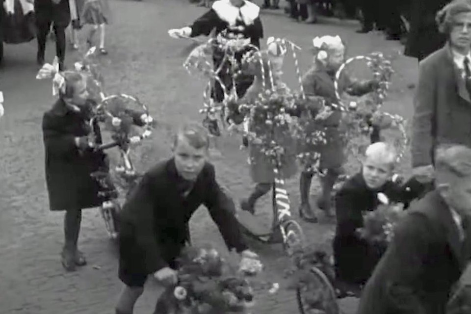 Beeld van de kinderoptocht op 8 oktober 1939 uit het bioscoopjournaal van Polygoon. Een wel bijna eindeloze stoet van de meest mooi versierde fietsen, praalwagen en personen, trekt voor de camera voorbij.