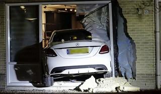 Auto rijdt woning binnen in Hoorn, bewoners ongedeerd, automobilist mogelijk onder invloed [video]