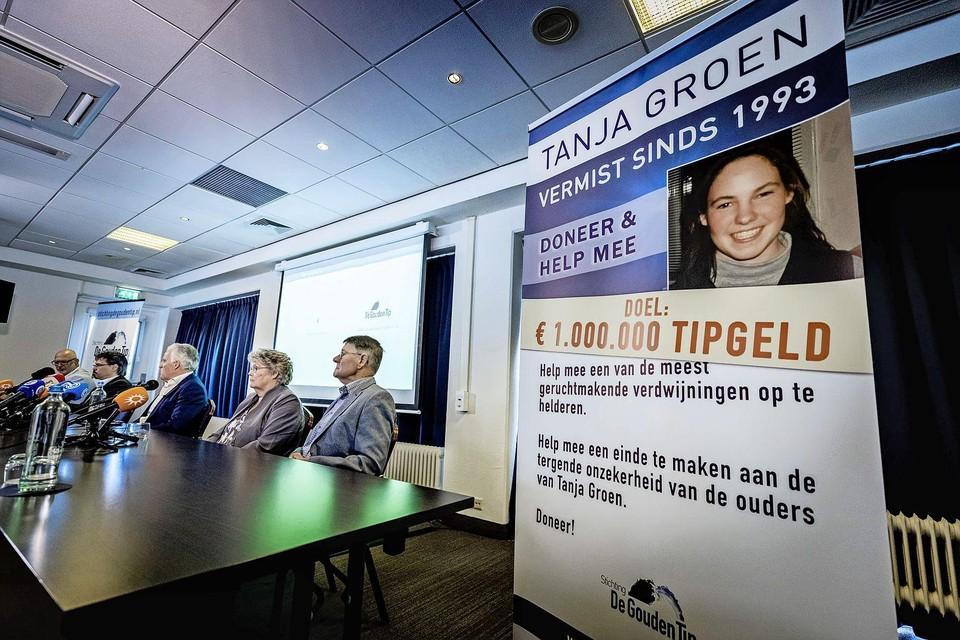 Peter R. de Vries staat op 23 juni in aanwezigheid van Corrie en Adrie Groen de pers te woord over de vemiste Tanja Groen.