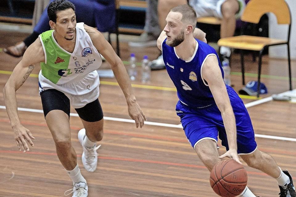 Stan van den Elzen (rechts) gaat nog een jaar door bij Den Helder Suns in de eredivisie basketbal