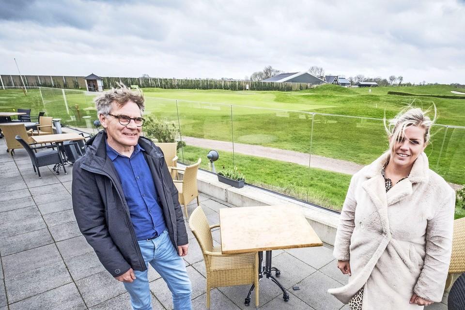 Hans Kok en Sanna Tervoort op het terras bij In 't Groen. ,,We moeten van de ene op de andere dag dicht.''