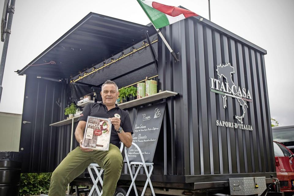 Marco Luisini staat sinds ruim een week met zijn nieuwe foodtruck 'ItalCasa' in Velserbroek.