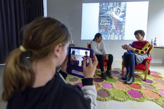 Jonge journalisten van Kinderpersbureau Heemskerk interviewen schrijver Anneke Scholtens