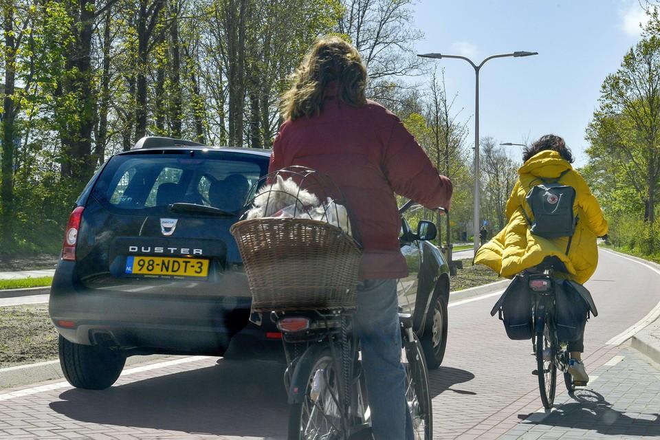 Fietsers voelen zich gedwongen om te veel uit te wijken voor inhalende auto's.