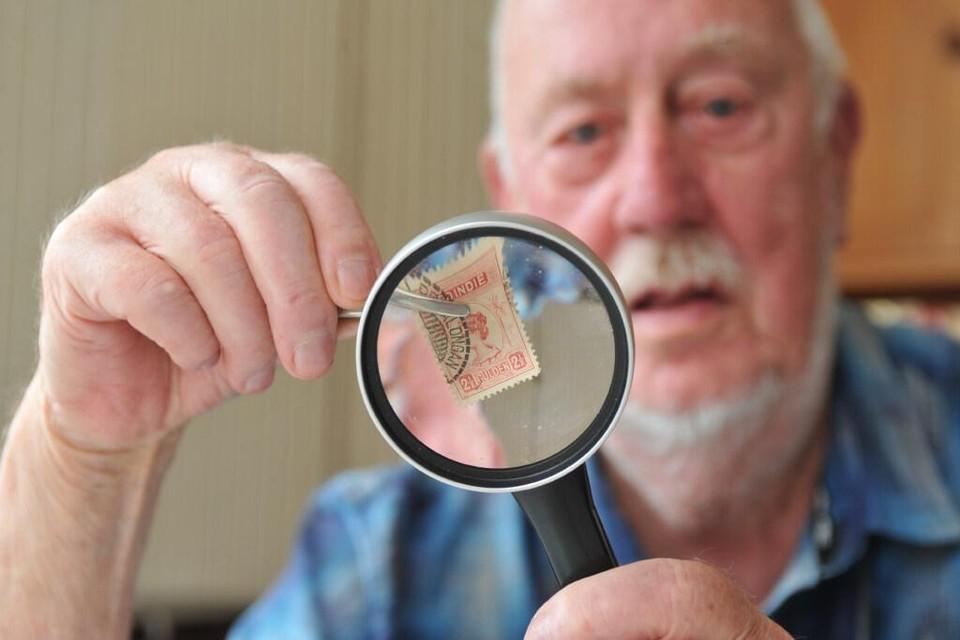Al zo'n zestig jaar is de Beverwijker Joop Klaver een gepassioneerd filatelist. Op de foto toont hij een van zijn papieren pareltjes.
