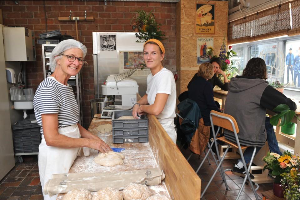 Wilma en Charlotte Laarhoven van bakkerij 1Hoog in hun nieuwe pand aan de Begijnenstraat.