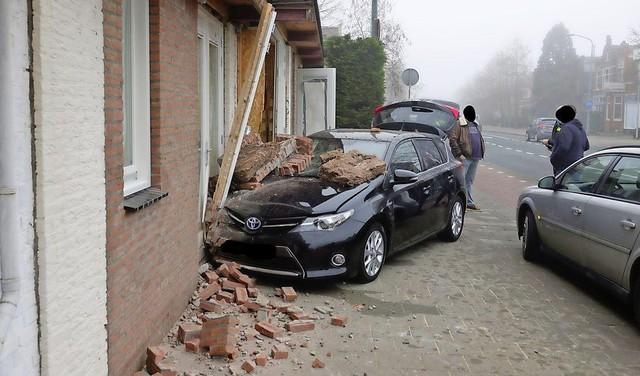 Auto belandt tegen gevel na aanrijding met busje in Wormerveer [video]