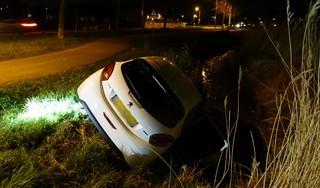 Auto belandt deels in sloot na verkeerde manoeuvre in Hoorn