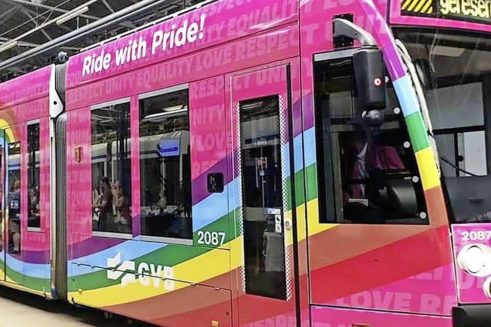 In 2019 werd er een tram met regenboogkleuren ingezet in Amsterdam. Dit jaar rijden er ook bussen in de regio.