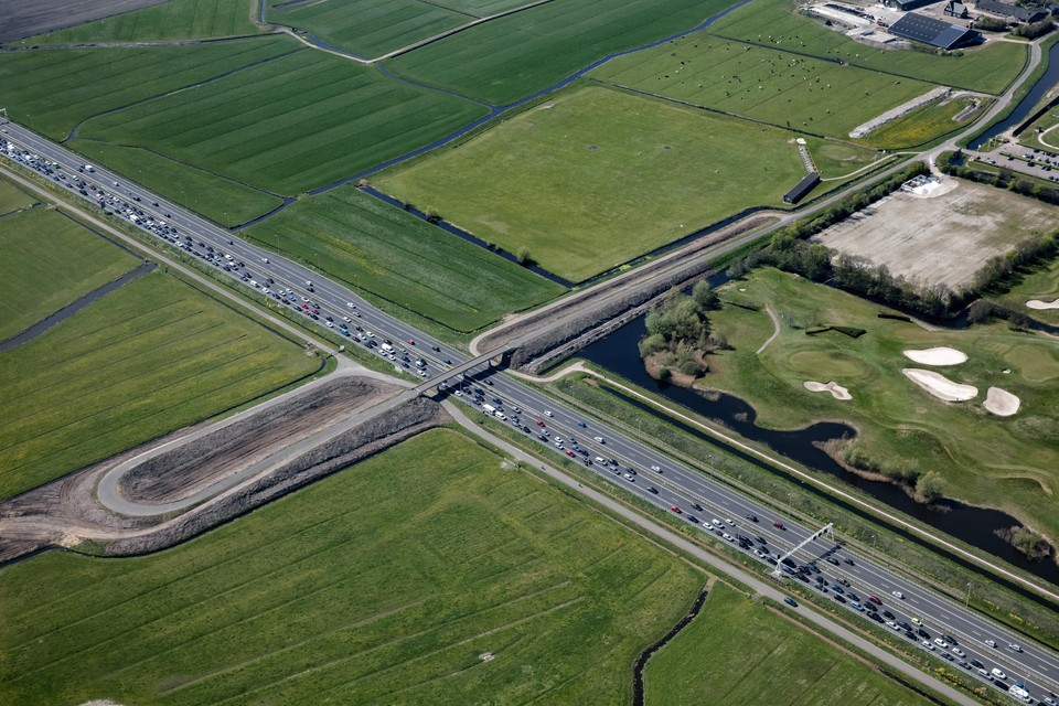 De plek waar de afslag Heiloo zou moeten komen, met links het al kaalgehaalde viaduct van de Lagelaan en rechts de golfbaan.