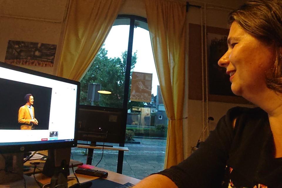 Janine Slijkhuis gebruikt het kantoor als Zaal 2 om naar Carel Brouwers te kijken, die in de zaal optreedt.
