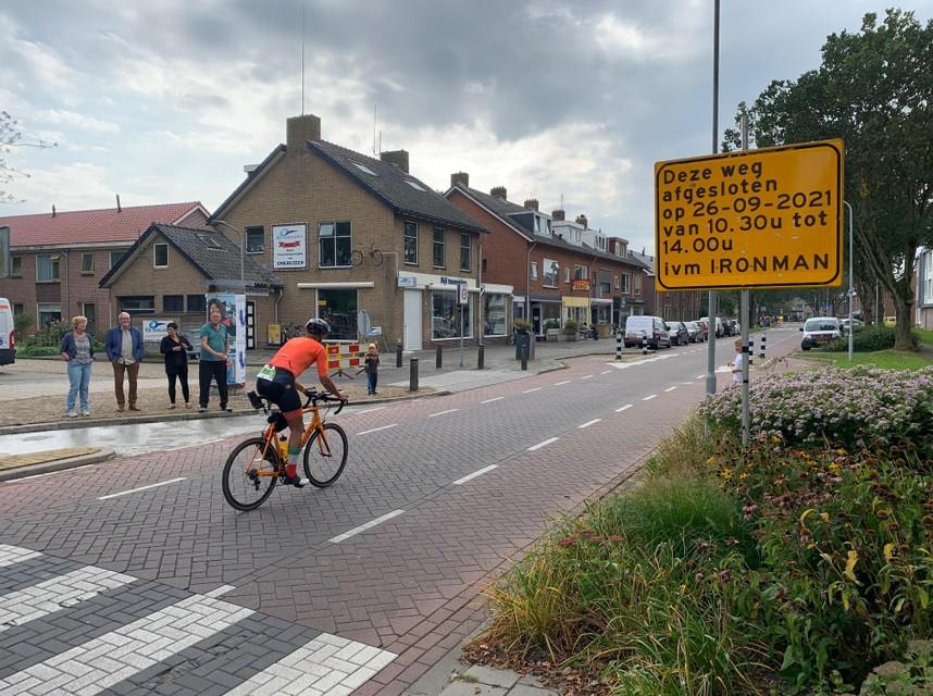 Een deelnemer aan Ironman fietst over de Piet Smitstraat in Enkhuizen.