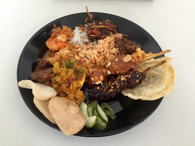 Over de Tong Thuis: Geef mij maar nasi goreng van Ron Blaauw