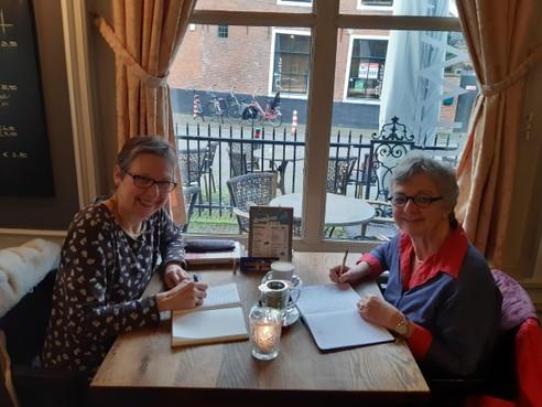 Carla van den Hombergh viert tien jaar Schrijfcafé Enkhuizen: 'Soms wordt iemand emotioneel'