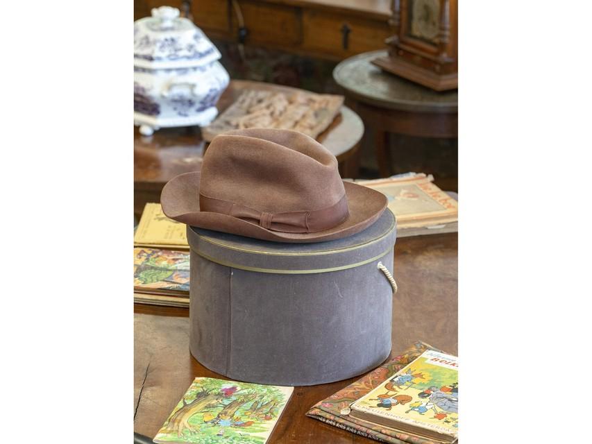 Klassieke hoed met doos.