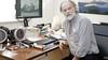 Weesper huisarts Hans Burggraaff prikt door met AstraZeneca. 'Inspectie intimideert mij, maar lust ze rauw, vaccin is veilig'