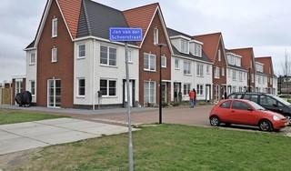 Naar wie toch is onze straat vernoemd? Museum Kennemland deelt boekjes over markante Beverwijkse kunstenaar Jan van der Schoor uit in 'zijn straat zonder onderbord'