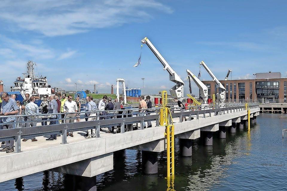 De ingebruikname van een nieuwe steiger in de IJmondhaven voor personeel van windparken.
