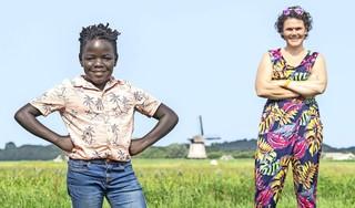 Siyabonga (11) woonde vijf jaar geleden nog in een Zuid-Afrikaans kindertehuis. Nu danst en zingt hij in 'The Sound of Music' en willen zijn fans met hem op de foto