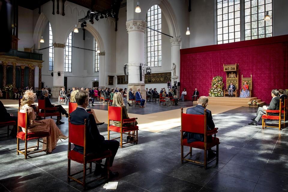 Koning Willem-Alexander leest op Prinsjesdag de Troonrede voor aan leden van de Eerste en Tweede Kamer in de Grote Kerk. Naast hem koningin Maxima.