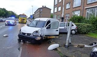 16-jarige bestuurder pakt auto van zijn vader en richt op zijn verjaardag grote ravage aan in Den Helder; twee personen gewond