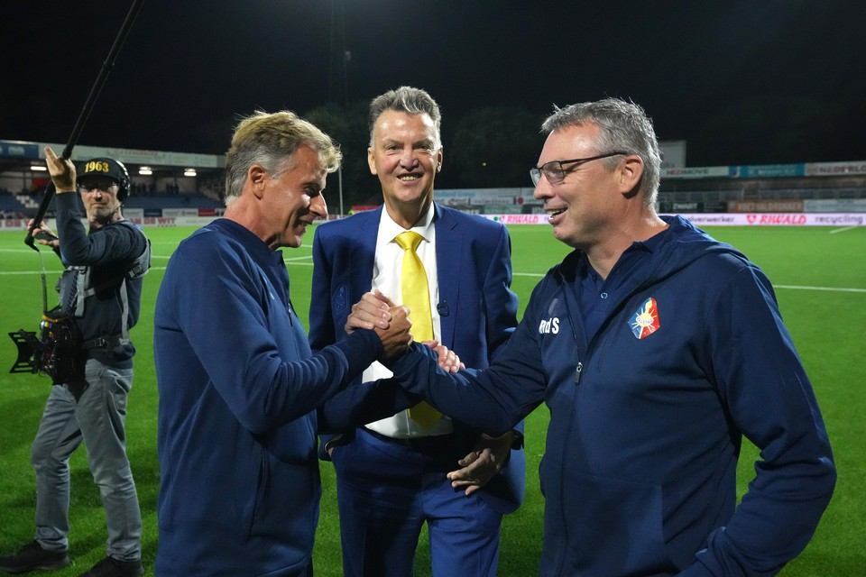 Telstarcoach Andries Jonker, Louis van Gaal en Telstar-assistent-trainer Rene van der Spek vieren de overwinning.