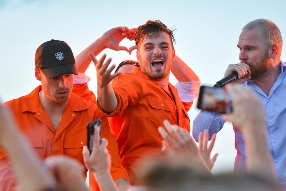 Martin Garrix op het podium op het Texelse strand.