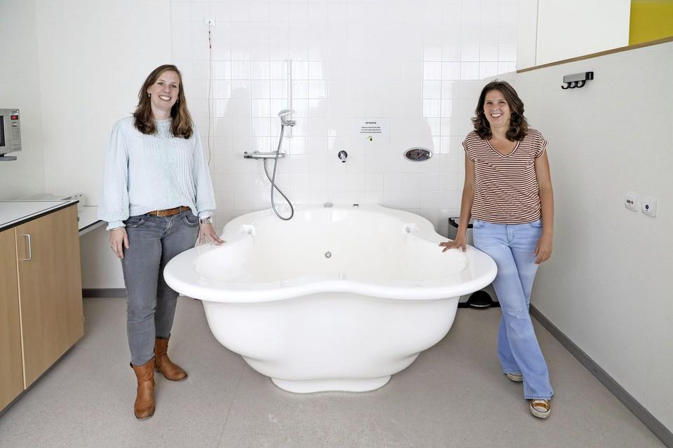 Hoofd van Centrum voor geboortezorg Dijklander Ziekenhuis Ingrid Stokman en verloskundige Winnie Ottenhof. Ze staan bij een bad, speciaal gemaakt om in te bevallen. De vraag om te bevallen in dit soort baden is heel hoog, volgens Stokman.